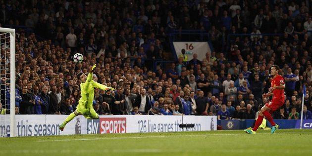 Obránce Liverpoolu Dejan Lovren překonává brankáře Chelsea Thibauta Courtoise.