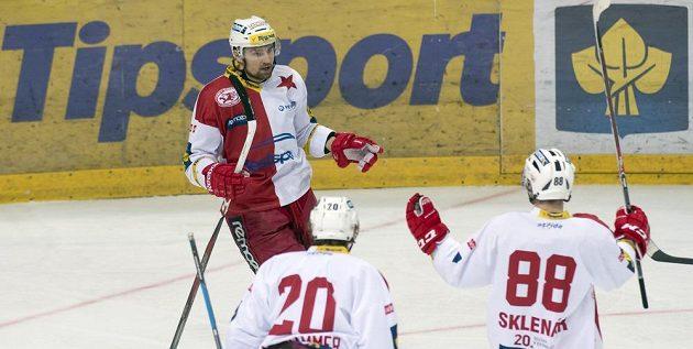 Lukáš Krenželok ze Slavie (vlevo) se raduje se spoluhráči Jakubem Langhammerem (20) a Jakubem Sklenářem (88) z prvního gólu proti Spartě.