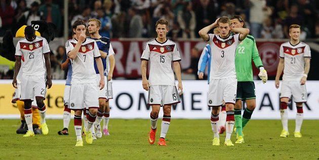 Zklamaní němečtí fotbalisté po porážce s Argentinou.