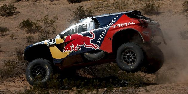 Španěl Carlos Sainz s peugeotem, nový lídr v kategorii automobilů, na trati 9. etapy Rallye Dakar.