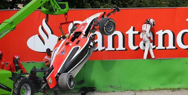 Britský jezdec Max Chilton po havárii při závodě v Monze.