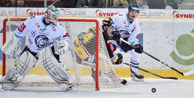 Ondřej Jurčík (v černém) z Litvínova napadá rozehrávku Tomáše Mojžíše z Liberce. Na vše dohlíží brankář Ján Lašák.