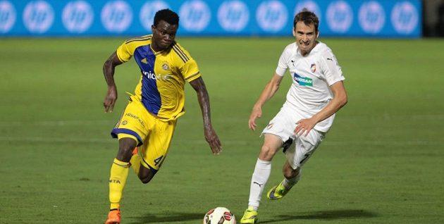 Tomáš Hořava z Plzně stíhá nigerijského záložníka Igiebora z Maccabi Tel Aviv.