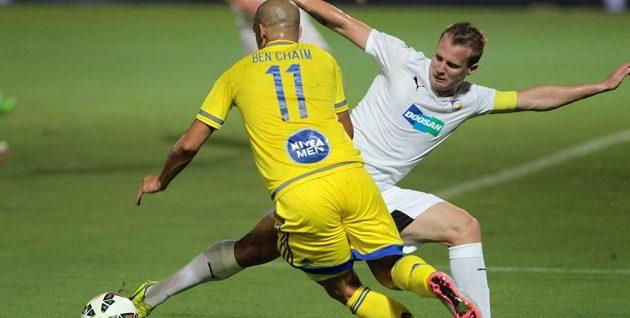 Plzeňský kapitán David Limberský (v bílém dresu) a izraelský útočník Ben Haim z Maccabi Tel Aviv.