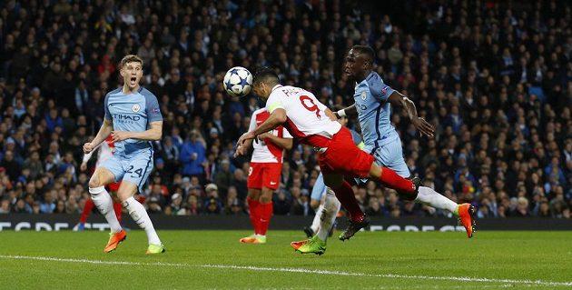 Radamel Falcao srovnává hlavičkou skóre utkání Manchester City - Monaco.