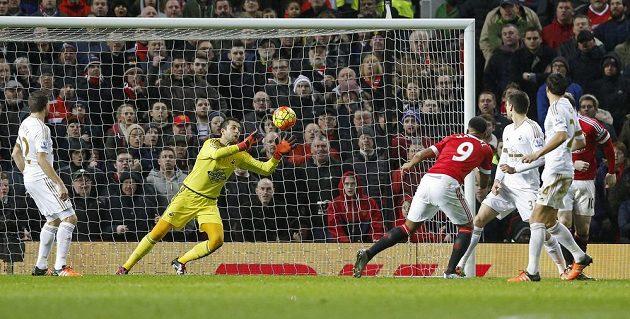 Anthony Martial (č. 9) z Manchesteru United střílí gól proti Swansea ve 20. kola anglické Premier League.