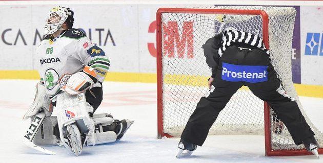 Brankář Boleslavi Martin Růžička po inkasování čtvrtého gólu od Třince. Je rozhodnuto.