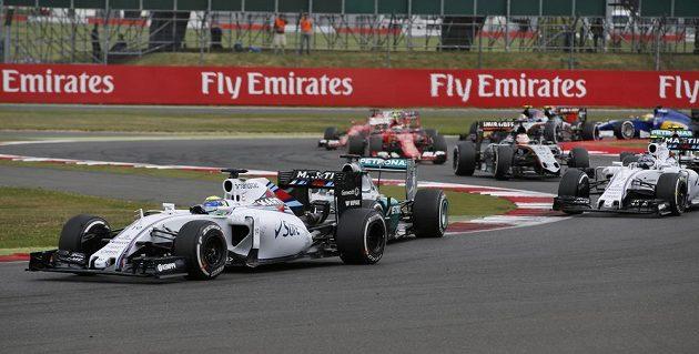 Felipe Massa (vlevo) během Velké ceny Velké Británie. Doráží na něj domácí pilot Lewis Hamilton.