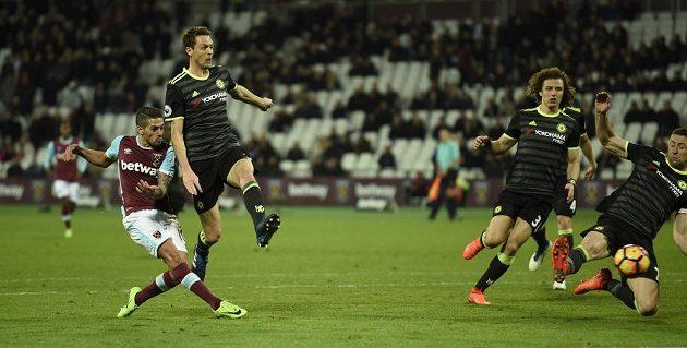 Manuel Lanzini střílí jediný gól West Hamu v zápase s Chelsea.