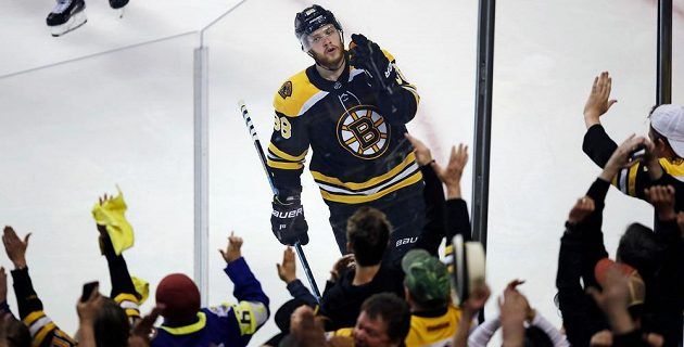 David Pastrňák z Bostonu se raduje z gólu proti Torontu.