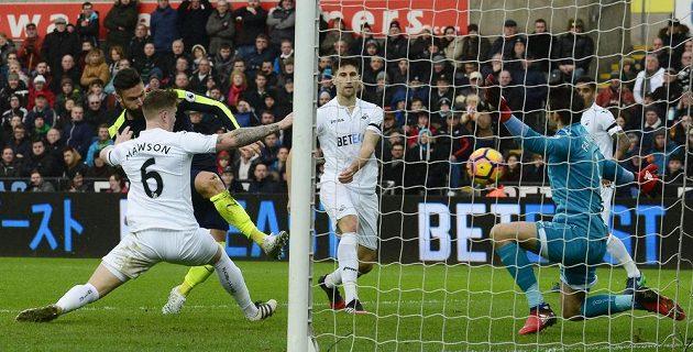 Olivier Giroud (v černém) z Arsenalu střílí úvodní gól utkání proti Swansea.