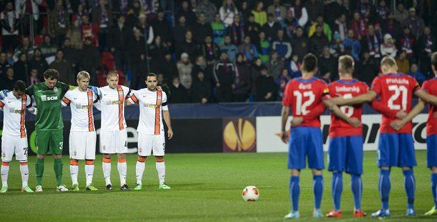 Minuta ticha za oběti násilí na Ukrajině před utkáním Plzně proti Šachtaru Doněck.