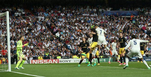 Cristiano Ronaldo střílí vedoucí gól Realu Madrid v semifinále Ligy mistrů s Atlétikem.