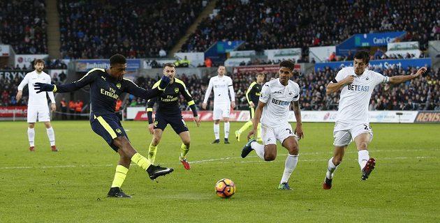 Střela Alexe Iwobiho z Arsenalu v utkání proti Swansea, kterou si do vlastní brány srazil stoper Jack Cork (první zprava).