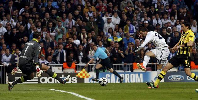 Gólman Borussie Dortmund Roman Weidenfeller likviduje šanci Gonzala Higuaína z Realu Madrid.