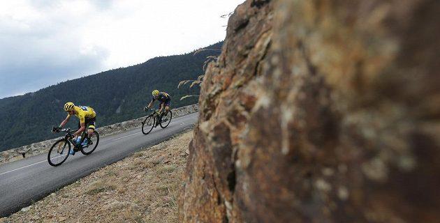 Brit Chris Froome na trati 15. etapy Tour de France následován Španělem Alejandrem Valverdem.