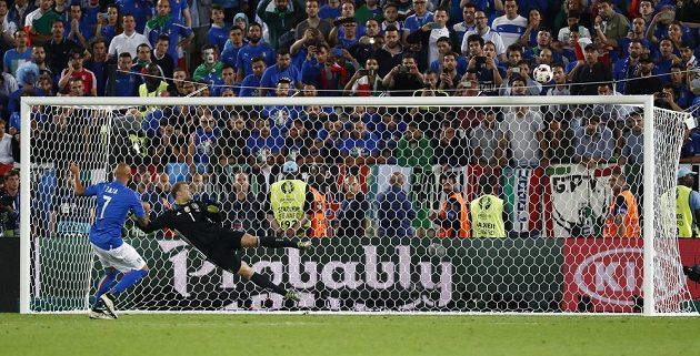 Ital Simone Zaza přestřeluje branku Manuela Neuera.