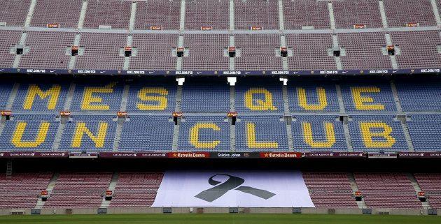Velká černá stuha na stadiónu Camp Nou v Barceloně.