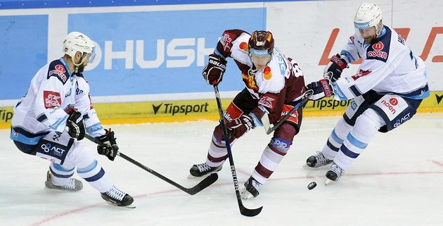 Zleva Michal Vondrka z Chomutova, Miroslav Forman ze Sparty a Ivan Huml z Chomutova.