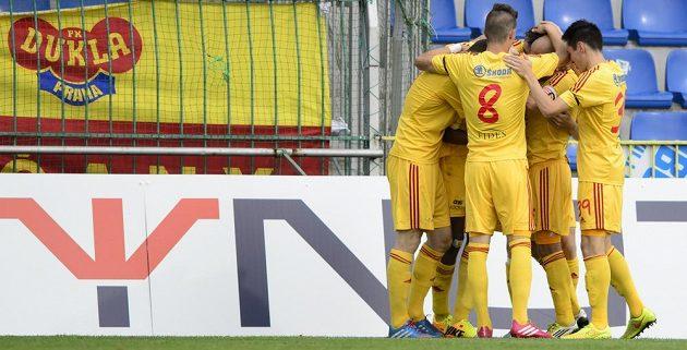 Fotbalisté Dukly se radují z branky, kterou vstřelili Mladé Boleslavi.