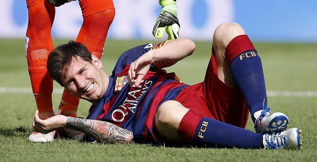 Lionel Messi leží zraněný na hřišti, hrát by neměl zhruba dva měsíce.
