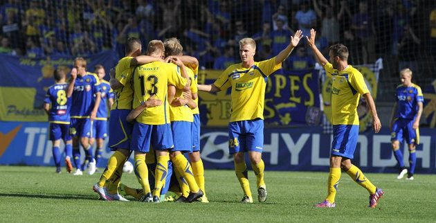 Fotbalisté Zlína se radují z gólu proti Jihlavě.