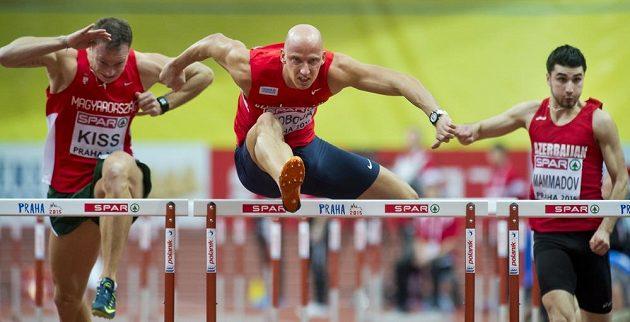 Petr Svoboda (uprostřed) míří za postupem z rozběhu závodu na 60 metrů překážek.
