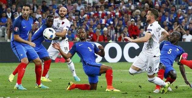 I Albánci čas od času v utkání proti Francii vystrčili růžky. Jako například Ermir Lenjani (druhý zprava).