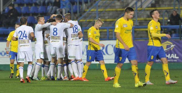 Fotbalisté Teplic se radují z gólu na hřišti Zlína.