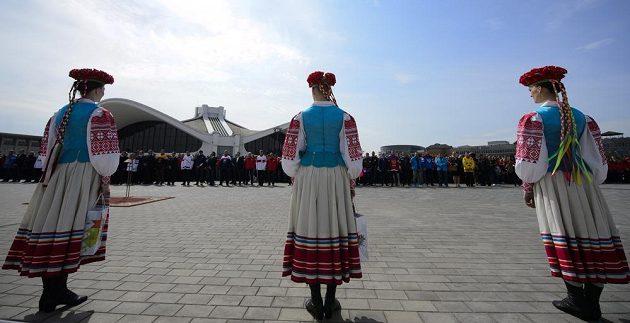 Dívky v krojích na slavnostním vyvěšování vlajek účastnických zemí mistrovství světa v ledním hokeji v Minsku.