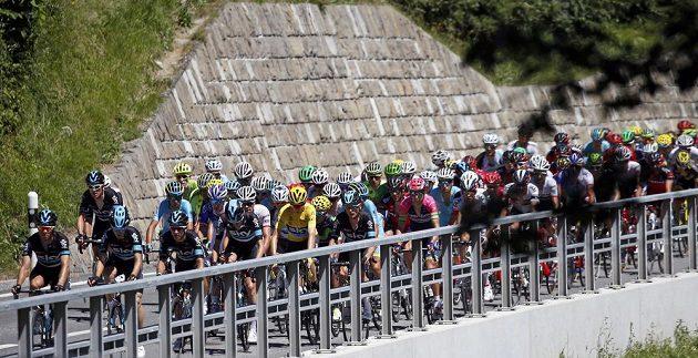 Peloton při středeční 17. etapě Tour de France. Uprostřed ve žlutém lídr průběžného pořadí Chris Froome.