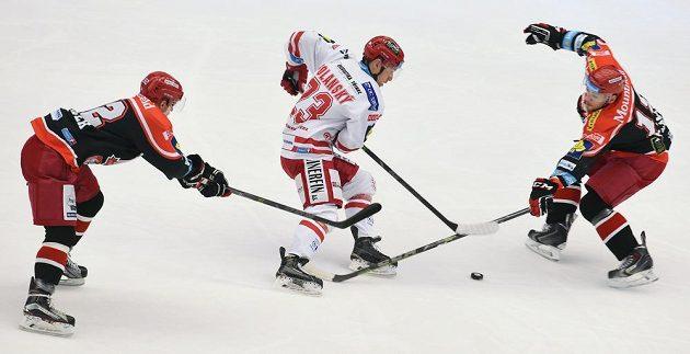 Jiřího Polanského z Třince se snaží zbavit puku hráči Hradce Králové Lukáš Nedvídek (vlevo) a Martin Pláněk.