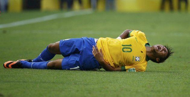 Hvězdný Brazilec Neymar několikrát pocítil v utkání Poháru FIFA tvrdost mexické obrany.