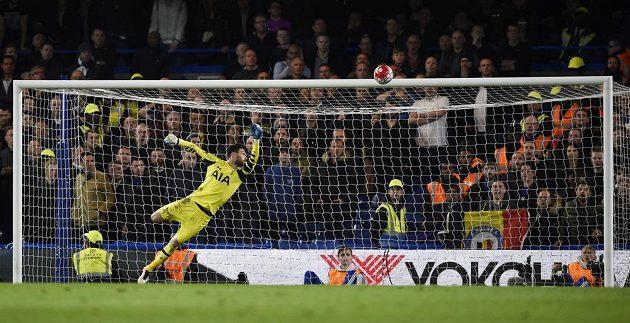 Eden Hazard (není na snímku) z Chelsea dává gól proti Tottenhamu. Hugo Lloris v bráně se natahuje marně.