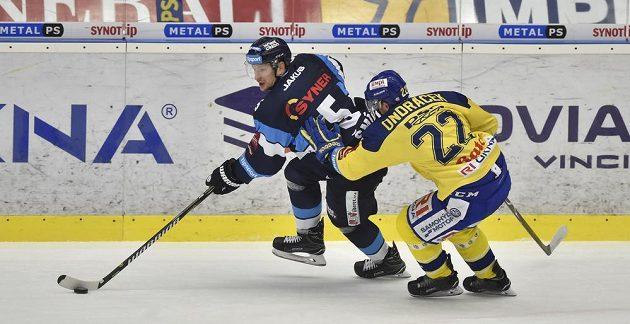Liberecký hokejista Martin Ševc se snaží uniknout Jiřímu Ondráčkovi ze Zlína během extraligového utkání.