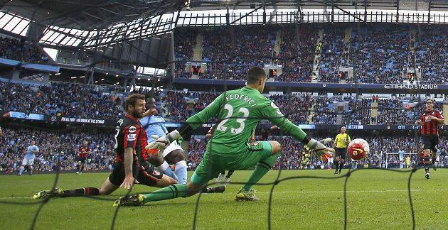 Útočník Manchesteru City Wilfried Bony překonává brankáře Bournemouthu Federiciho.