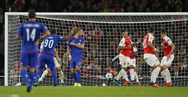 Felipe Pardo (90) překonává gólmana Arsenalu Davida Ospinu.