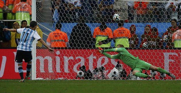 Maxi Rodríguez takhle překonal nizozemského brankáře Jaspera Cillessena a stvrdil postup Argentiny do finále.