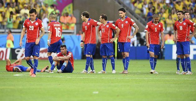Zklamaní fotbalisté Chile po vyřazení od Brazílie.