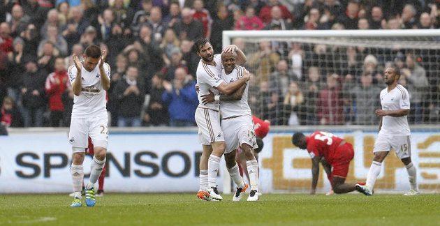 Fotbalisté Swansea se radují ze třetí branky proti Liverpoolu.