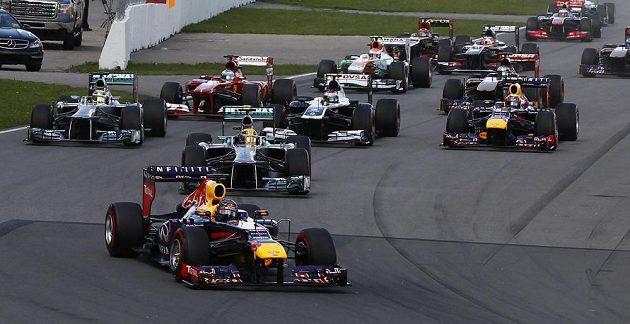 Jezdci F1 po startu Velké ceny Kanady. Dole uprostřed Sebastian Vettel.