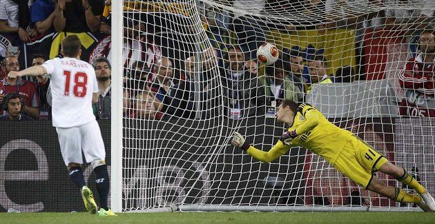 Kevin Gameiro dává v rozstřelu vítězný gól FC Sevilla, gólman Benfiky Jan Oblak se po míči natahuje marně.