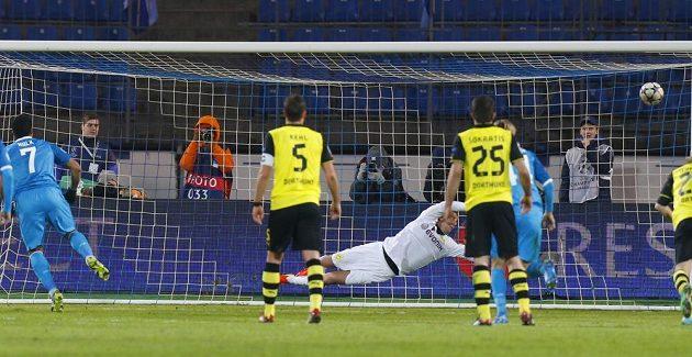 Záložník Zenitu Petrohrad Hulk (první zleva) překonává z penalty brankáře Borussie Dortmund Romana Weidenfellera (třetí zleva) v osmifinálovém utkání Ligy mistrů.