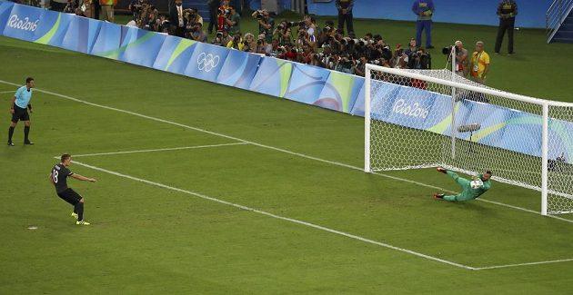 Brazilský gólman Weverton likviduje penaltu v podání Nilse Petersena. Domácím se otevřela cesta k vítězství.