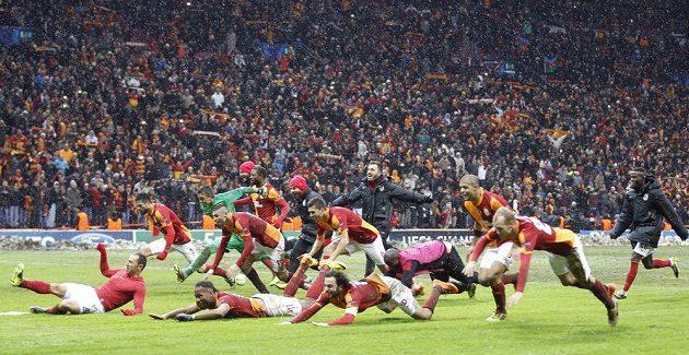 Fotbalisté Galatasaraye Istanbul slaví výhru nad Juventusu Turín.