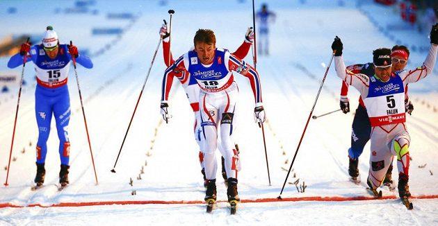 V takhle těsném finiši vybojoval Petter Northug premiérové světové zlato ve sprintu.