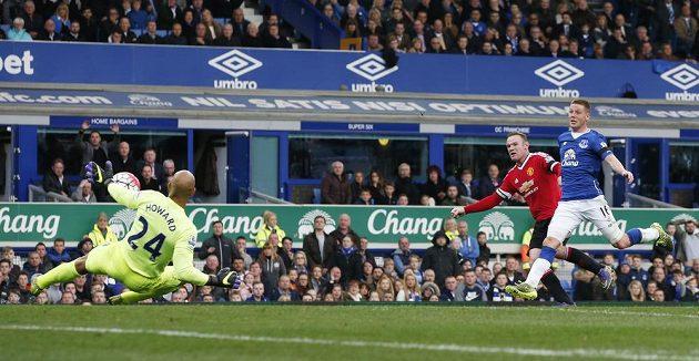Fotbalista Manchesteru United Wayne Rooney střílí na brankáře Evertonu Howarda.