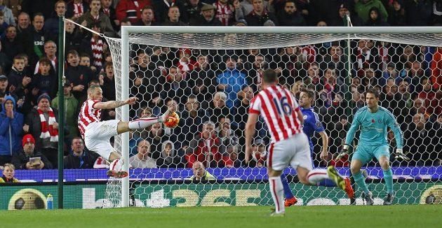 Rakouský útočník Marko Arnautovič ze Stoke dává vítězný gól proti Chelsea.