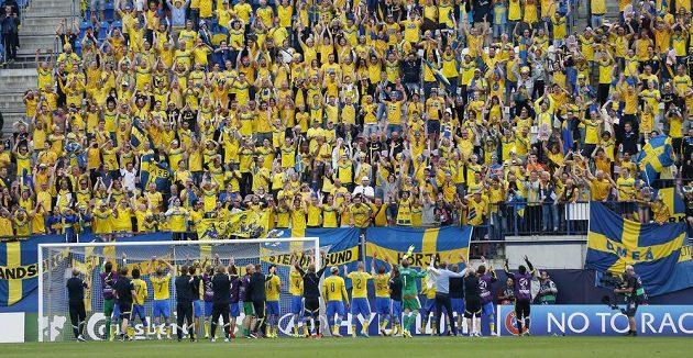 Švédští fotbalisté slaví s fanoušky výhru nad Itálií.