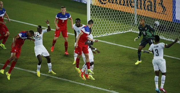 John Brooks z USA (druhý zleva) střílí hlavou gól proti Ghaně.